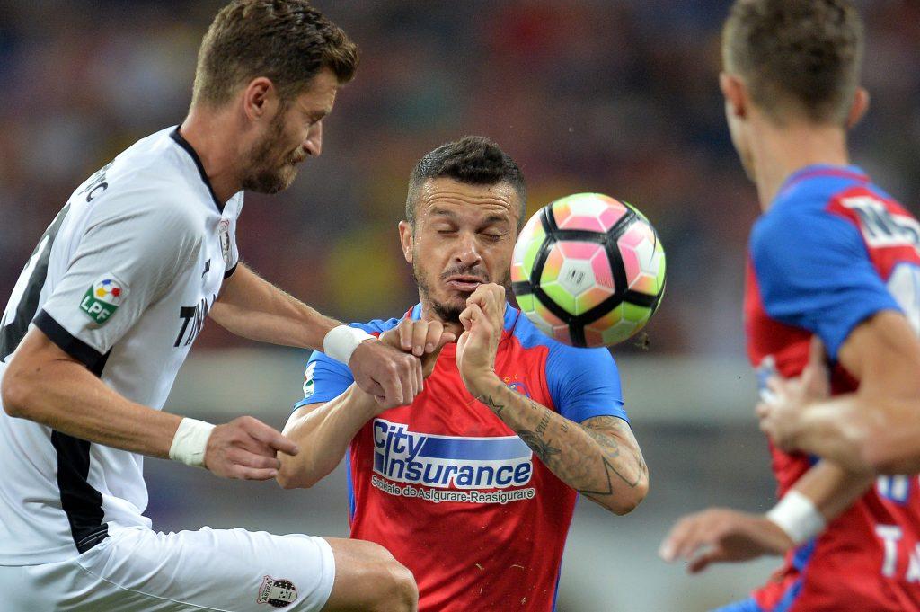 Florin Lovin (S), de la Astra Giurgiu, se lupta pentru balon cu Rick Boldrin(D), de la Steaua Bucuresti, in timpul meciului de fotbal din etapa a VII-a a Ligii 1, disputat pe stadionul Arena Nationala din Capitala, duminica, 11 septembrie 2016. ALEXANDRU DOBRE / MEDIAFAX FOTO
