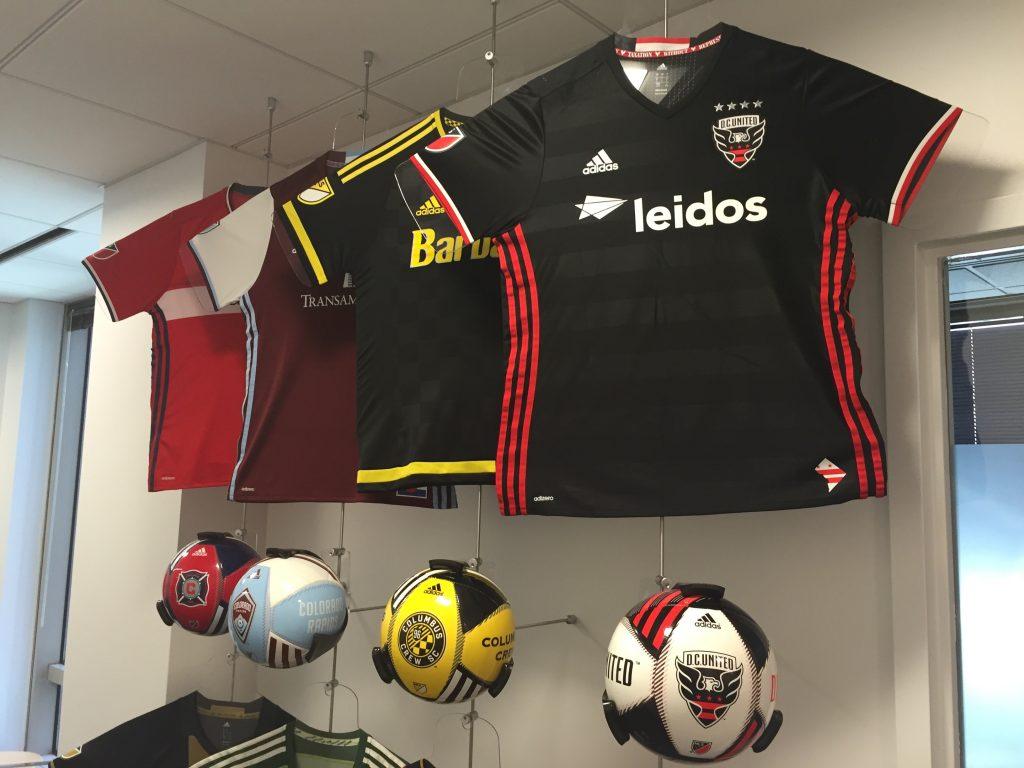 Fiecare echipă își poate personaliza logo-ul MLS de pe mânecile tricoului.