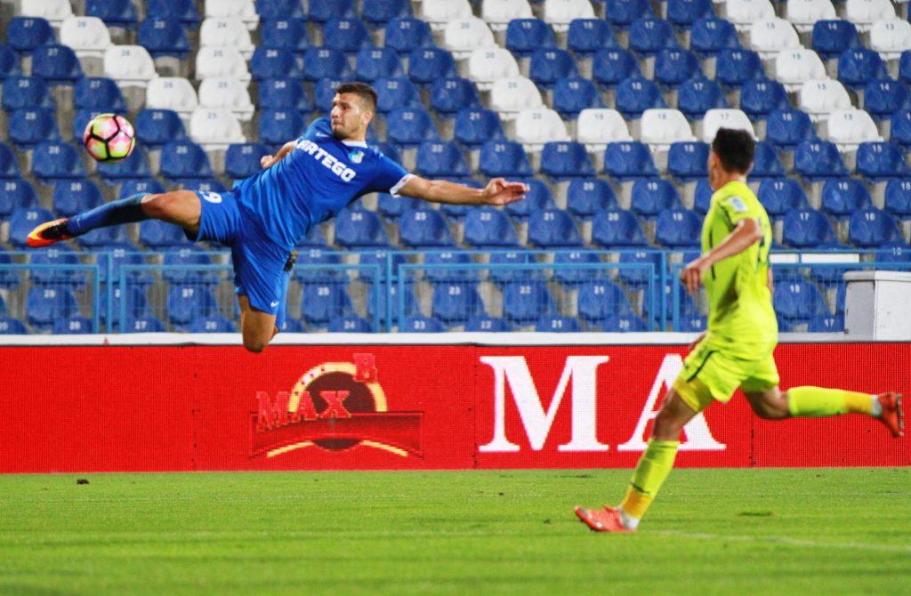 George Tucudean in meciul de fotbal dintre Pandurii Targu Jiu si ASA Targu Mures.