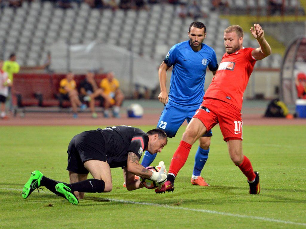 Adam Nemec (dreapta, în rosu) a marcat primul sau gol pentru DInamo in meciul cu CSM Iasi.