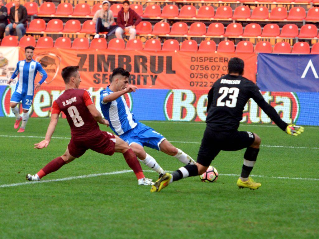Simon Mazarache marcheaza golul Universitatii Craiova de langa Daniel Novac in ultimul minut de joc. Foto: Sportpictures.eu