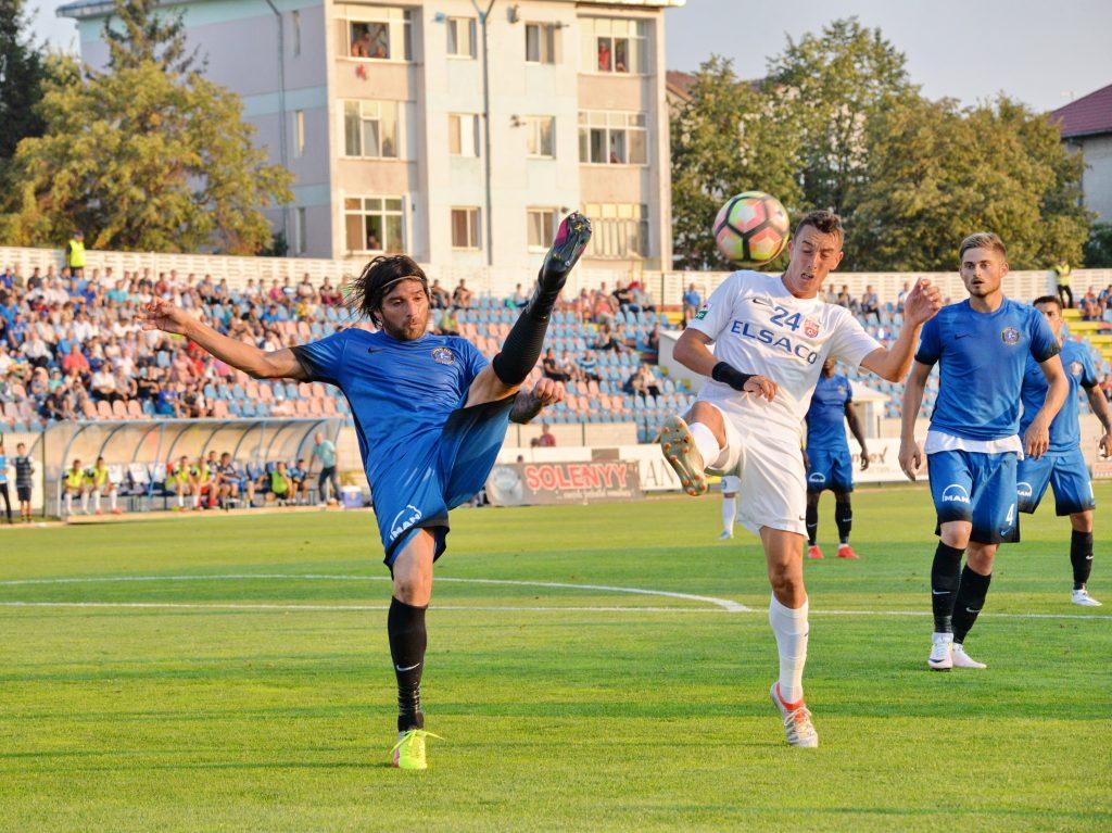 Pablo Brandan (S) si Istvan Fulop (D) in meciul de fotbal dintre FC Botosani si FC Viitorul.