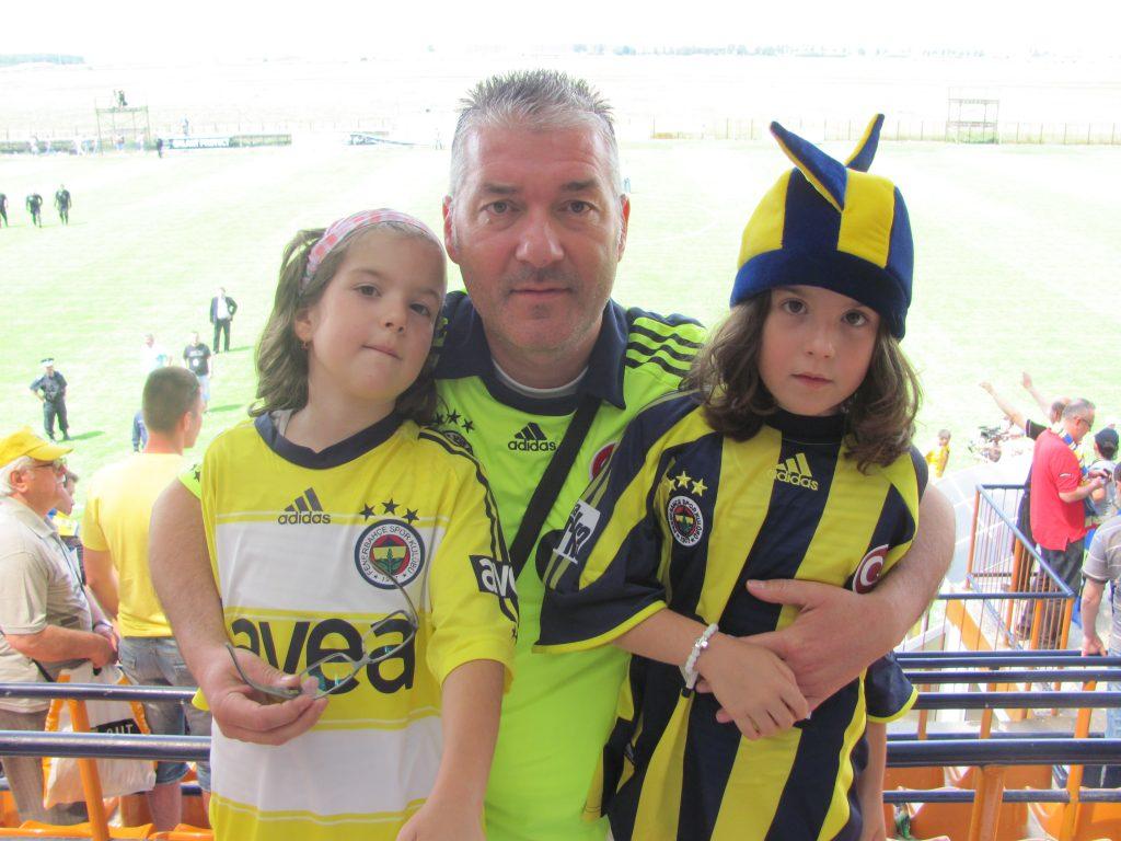 Adi Dobre alături de fiicele sale, Ana-Larisa și Maria-Alexandra.